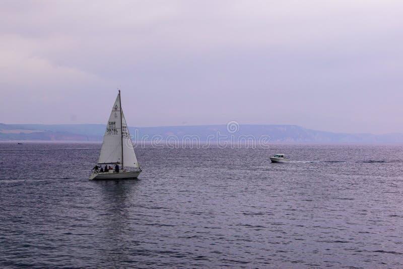 Barco de navigação em águas de Weymouth imagens de stock