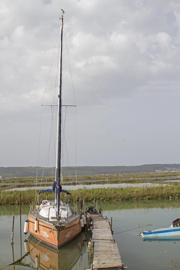 Barco de navigação em Seca no Eslovênia foto de stock royalty free