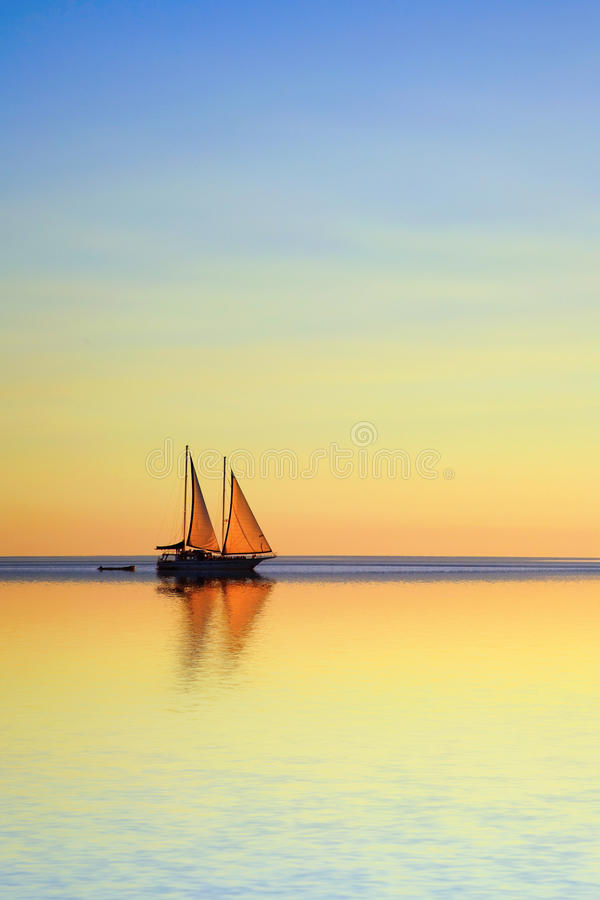 Barco de navigação em um oceano tropical no crepúsculo foto de stock royalty free