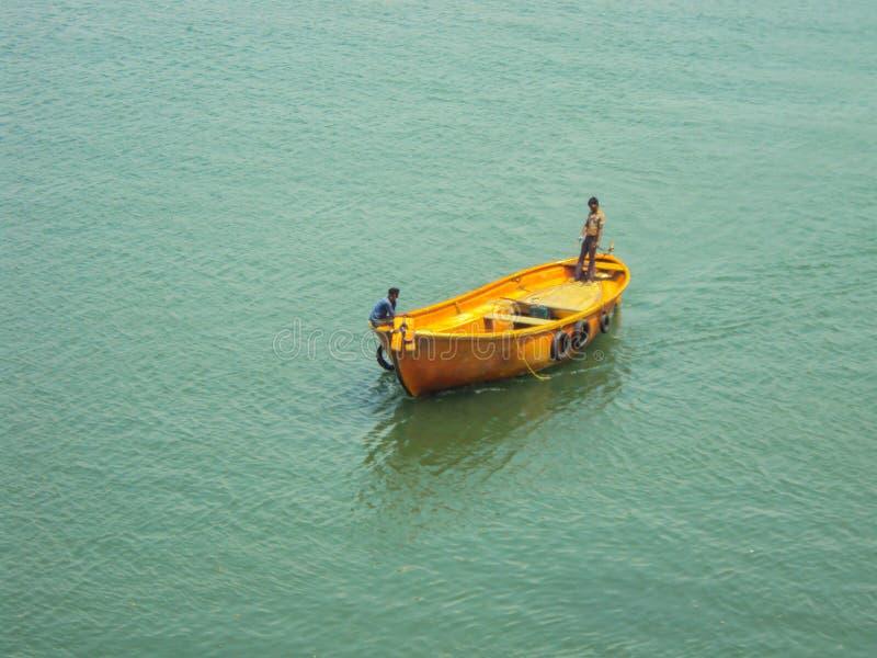 barco de navigação em uma água calma imagens de stock