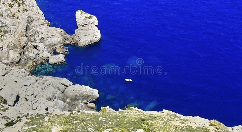 Barco de navigação em uma baía na ilha de Mallorca fotos de stock royalty free