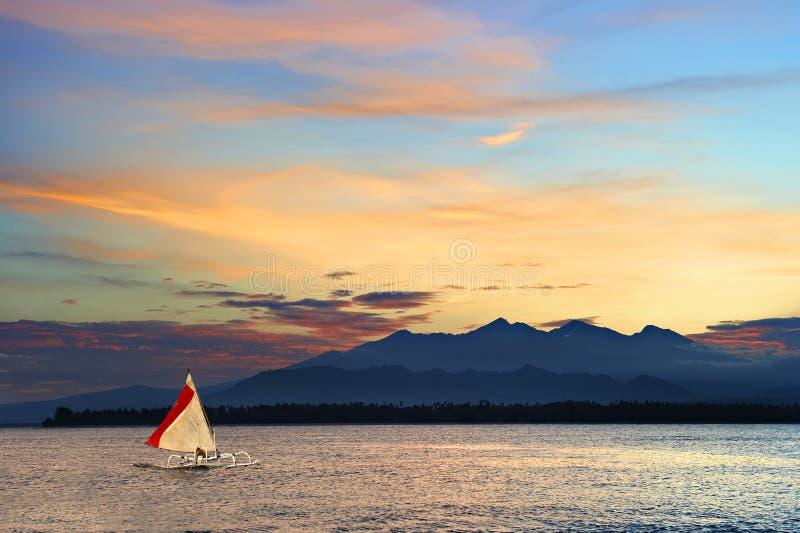 Barco de navigação local da guiga em um mar tropical imagem de stock