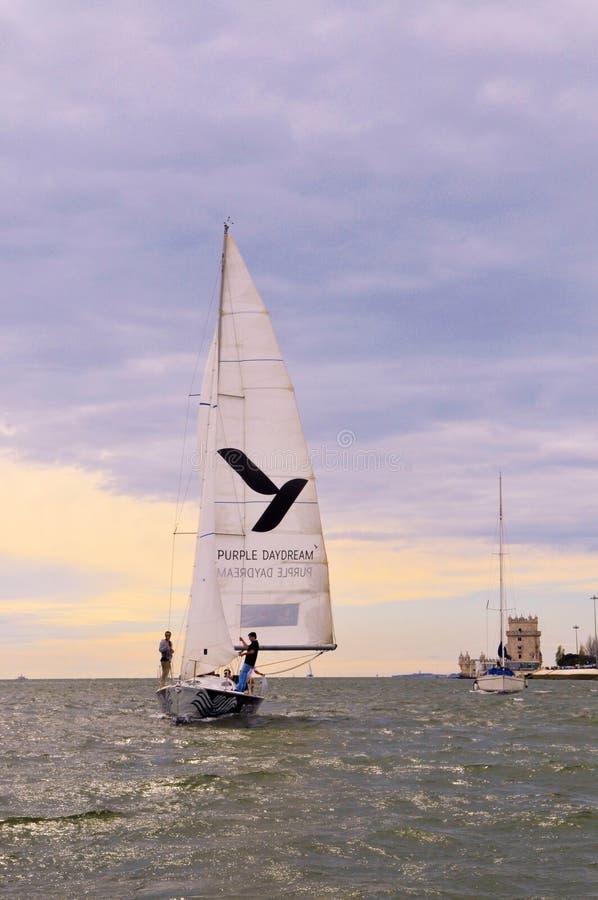 Barco de navigação na água, dia tormentoso do por do sol, torre de Belém, curso Lisboa foto de stock