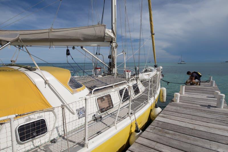 Barco de navigação na doca imagens de stock