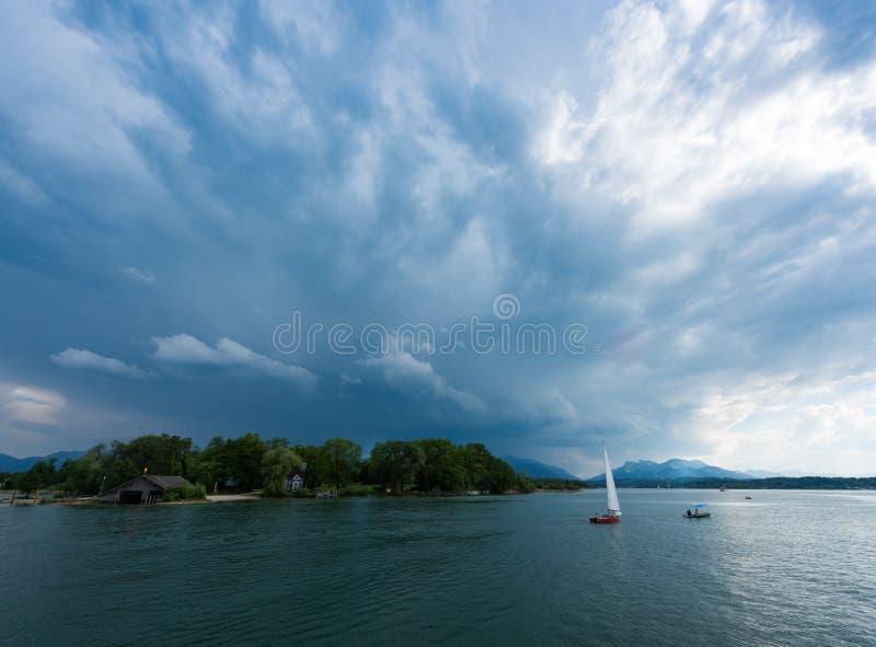 Barco de navigação no chiemsee do lago fotos de stock royalty free