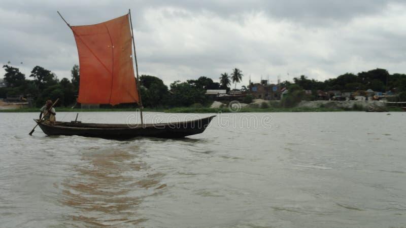 Barco de navigação no dia chuvoso fotos de stock