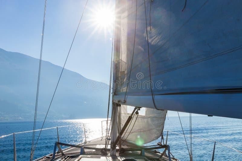 Barco de navigação no dia ensolarado no lago, espaço vazio imagem de stock royalty free