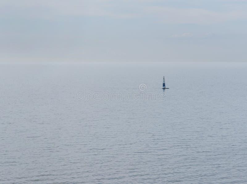 Barco de naviga??o no horizonte foto de stock
