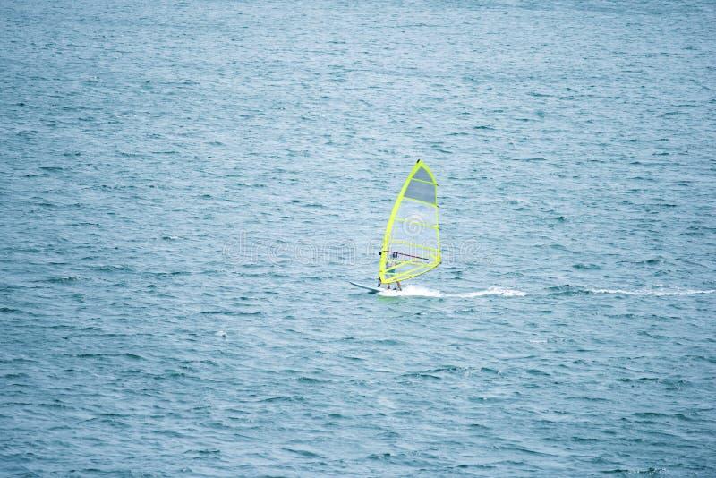Barco de navigação no mar imagem de stock royalty free