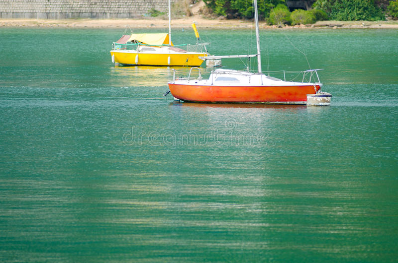 Barco de navigação no mar fotos de stock