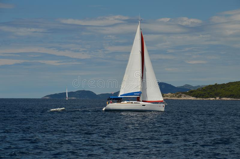 Barco de navigação no mar de adriático perto de Dubrovnik, Croácia fotos de stock royalty free