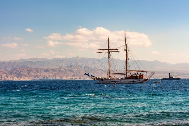 Barco de navigação no mar com as montanhas no fundo foto de stock royalty free