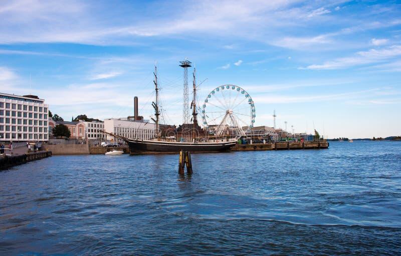 Barco de navigação no porto de Helsínquia imagens de stock royalty free