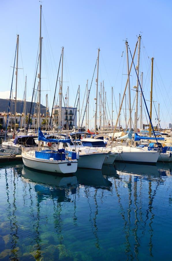 Barco de navigação no porto de Puerto de Mogan na Espanha de Gran Canaria foto de stock royalty free