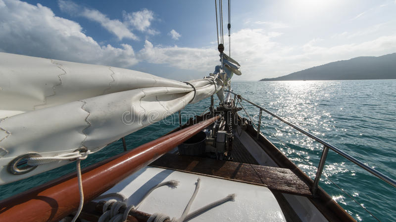 Barco de navigação no vento foto de stock royalty free
