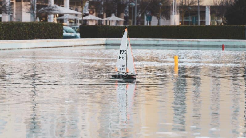 Barco de navigação pequeno do brinquedo com os dentes assustadores tubarão-como a textura Mini iate de madeira do barco de vela d foto de stock royalty free