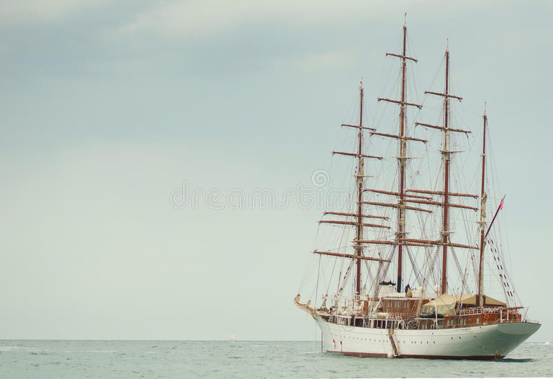 Barco de navigação velho no mar azul imagens de stock royalty free