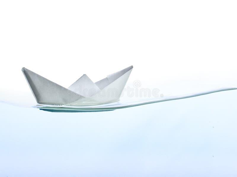 Barco de Origami en el agua imagen de archivo libre de regalías