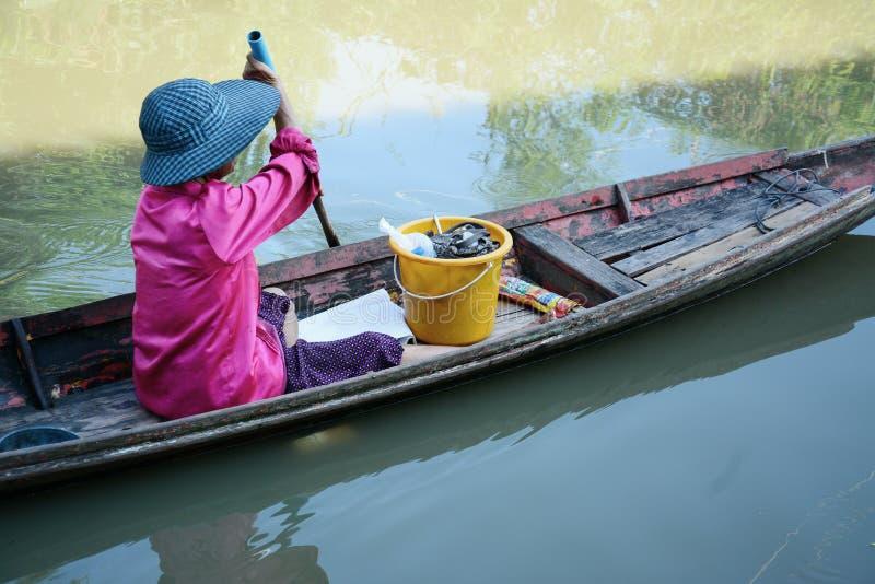 Barco de pá das mulheres no canal, vida de Tailândia foto de stock royalty free