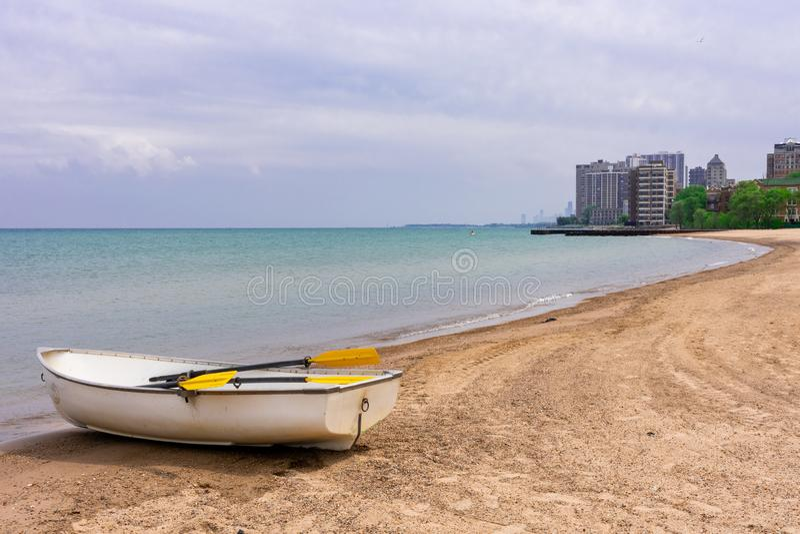 Barco de pá em uma praia em Rogers Park Chicago imagens de stock royalty free