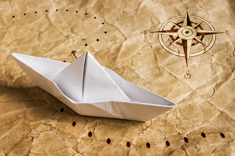 Barco de papel en el mapa viejo imágenes de archivo libres de regalías