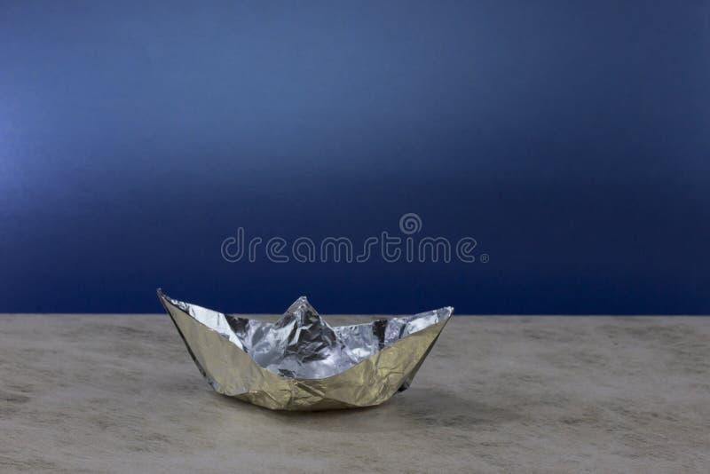 Barco de papel hecho del papel de aluminio imagen de archivo
