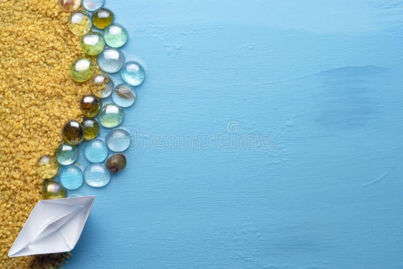 Barco de papel pequeno na costa arenosa Conceito m?nimo criativo do mar e da praia Descanso no mar Copie o espa?o Configura??o li foto de stock