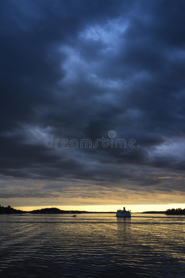 Barco de pasajero en crepúsculo imágenes de archivo libres de regalías
