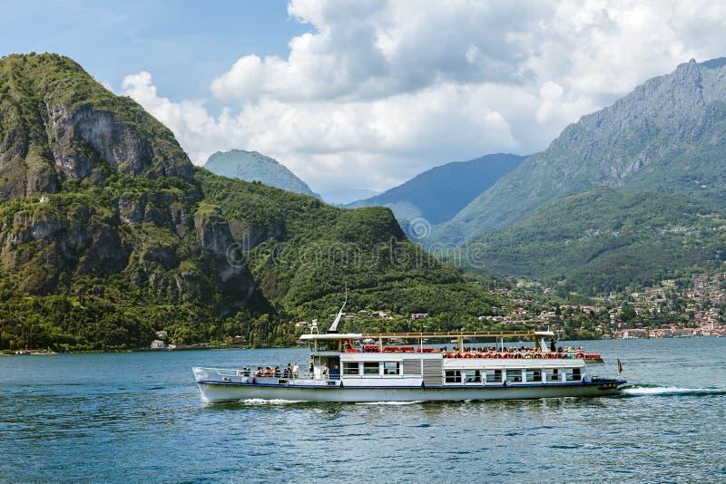 Barco de pasajero en el lago Como de la montaña imagenes de archivo