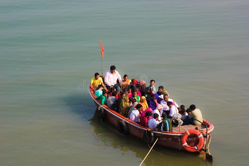 Barco de pasajero, río de Narmada, la India fotografía de archivo