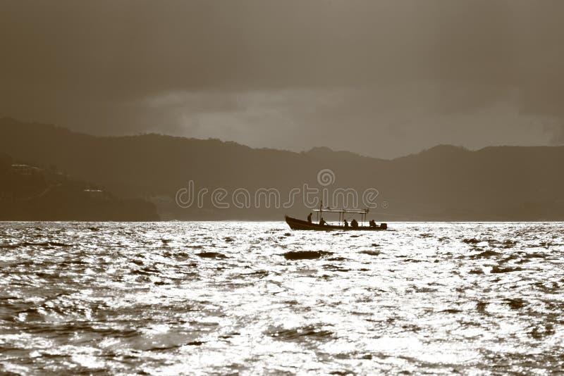Download Barco de pesca foto de archivo. Imagen de reflexión, barco - 44850942