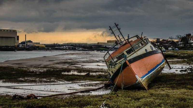 Barco de pesca abandonado velho imagens de stock