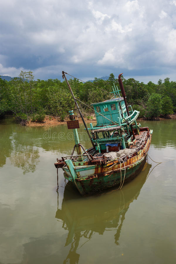 Barco de pesca abandonado viejo imagen de archivo