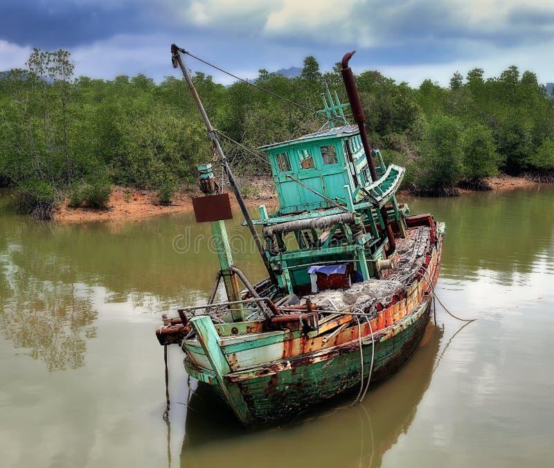 Barco de pesca abandonado viejo imágenes de archivo libres de regalías