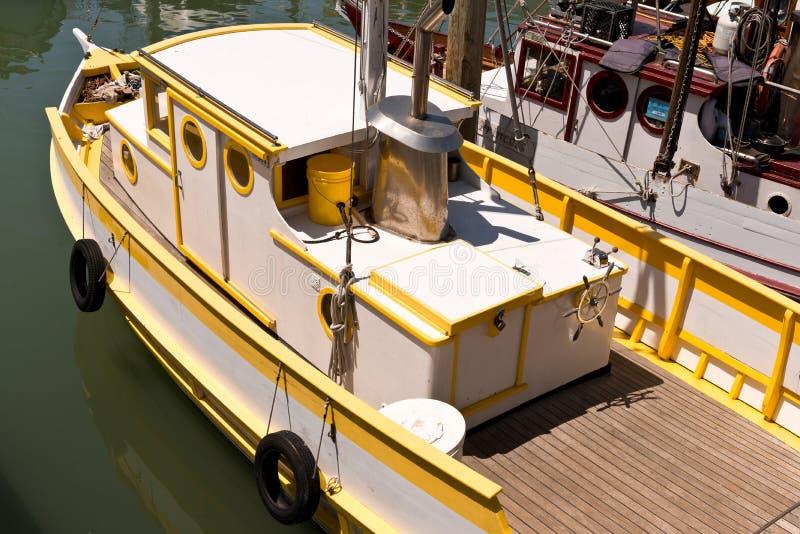 Barco de pesca amarelo e branco imagem de stock royalty free