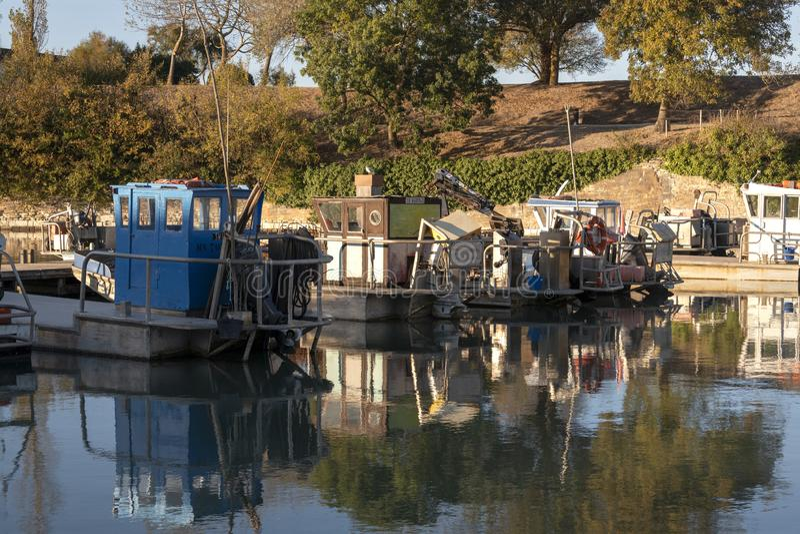 Barco de pesca amarrado en un puerto francés de Île d 'Oléron foto de archivo