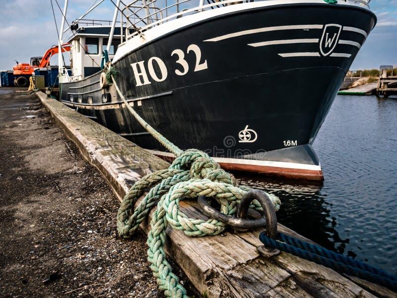 Barco de pesca amarrado por el muelle fotografía de archivo