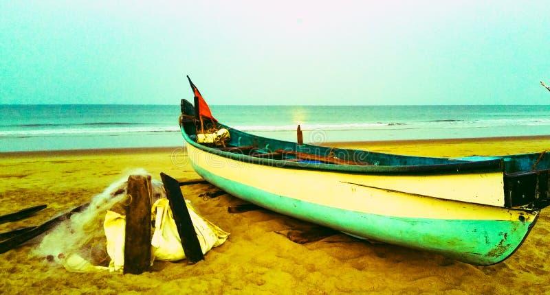 Barco de pesca anclado cerca a la costa de mar fotografía de archivo