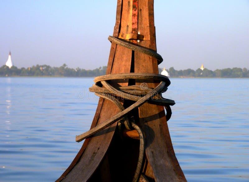 Barco de pesca antigo em um lago em Myanmar (Burma) fotos de stock