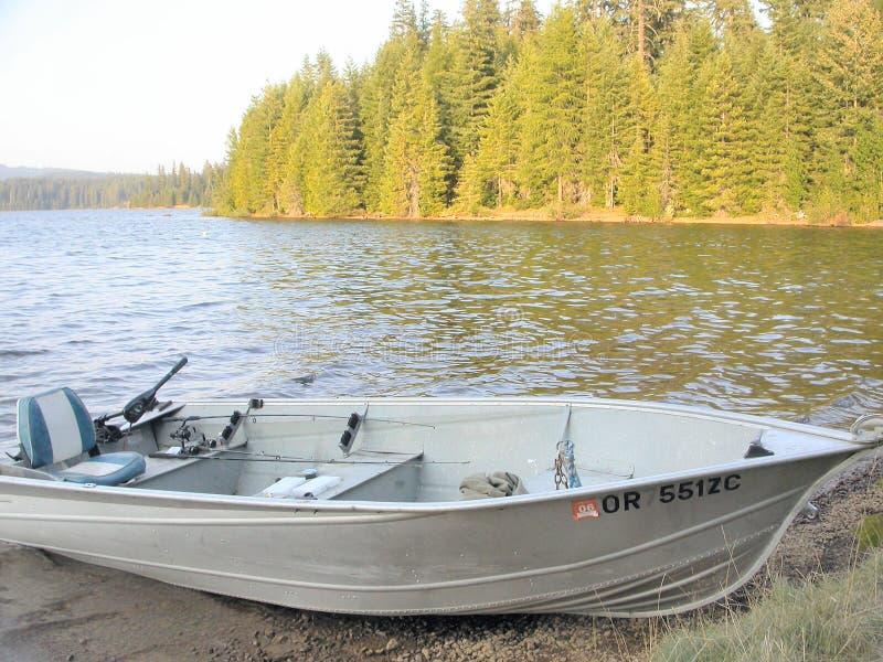 Barco de pesca atracado fotos de archivo