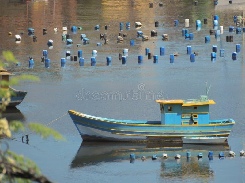 Barco de pesca azul imagens de stock