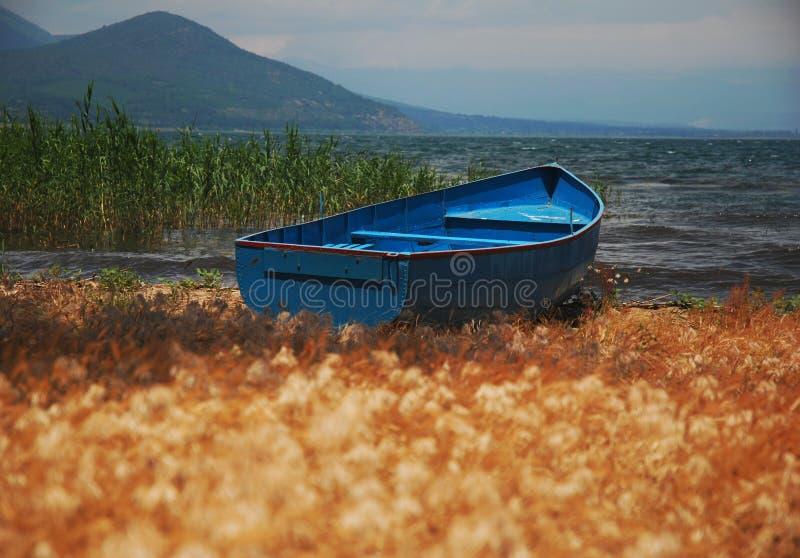 Barco de pesca azul fotografía de archivo