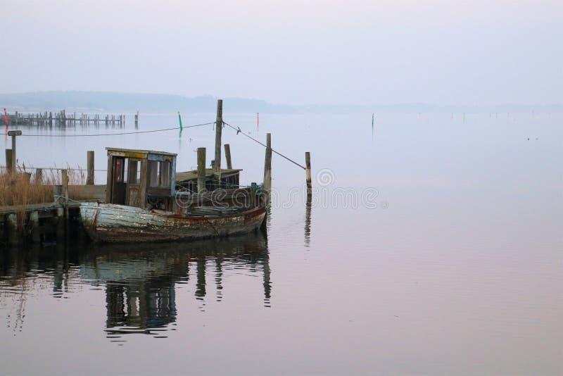 Barco de pesca azul velho que espera desfazer-se imagens de stock