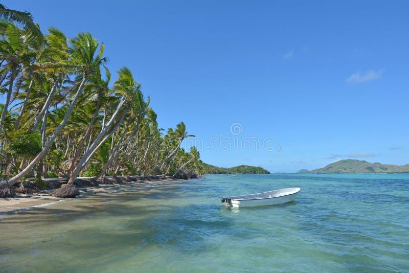 Barco de pesca blanco en una isla tropical Fiji imagenes de archivo