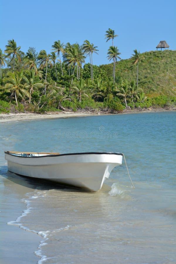 Barco de pesca blanco en una isla tropical Fiji foto de archivo