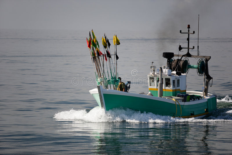 Barco de pesca blanco y verde fotos de archivo