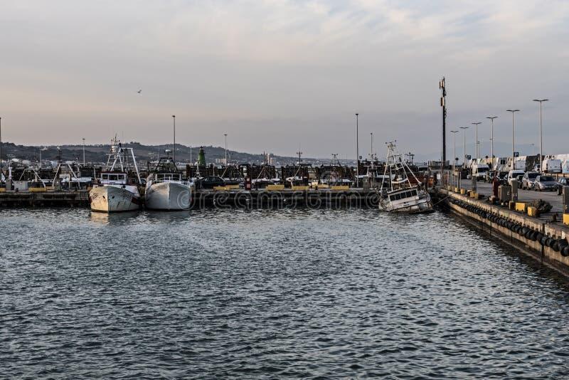 Barco de pesca casi hundido imágenes de archivo libres de regalías