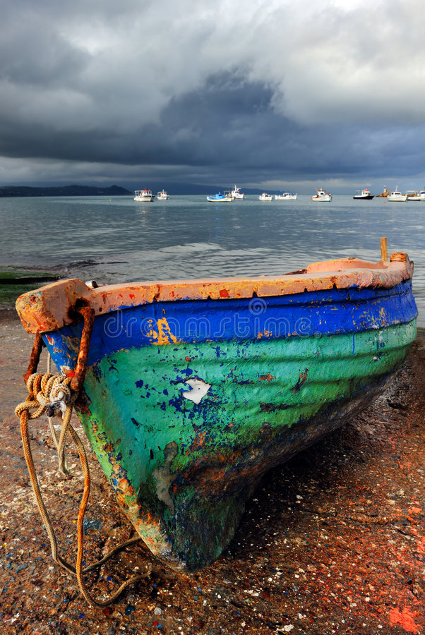 Barco de pesca colorido viejo fotografía de archivo libre de regalías