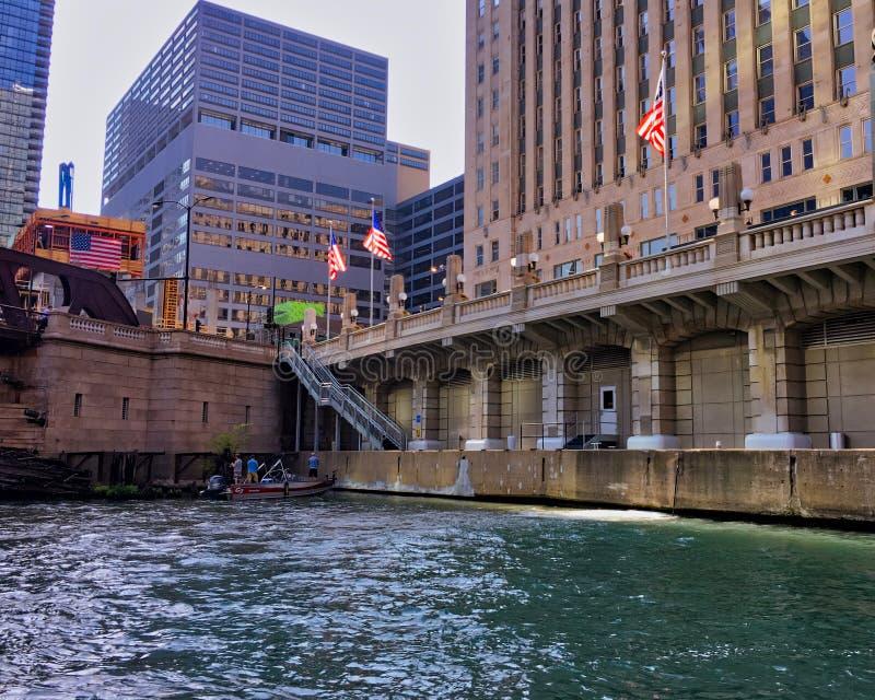 Barco de pesca com o pescador no canto da área na ponte de Franklin Street perto do mercado de mercadoria em Chicago no Ch foto de stock royalty free