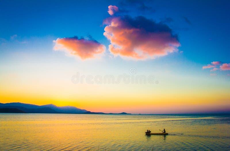 Barco de pesca com o pescador no por do sol em Koh Samui fotografia de stock